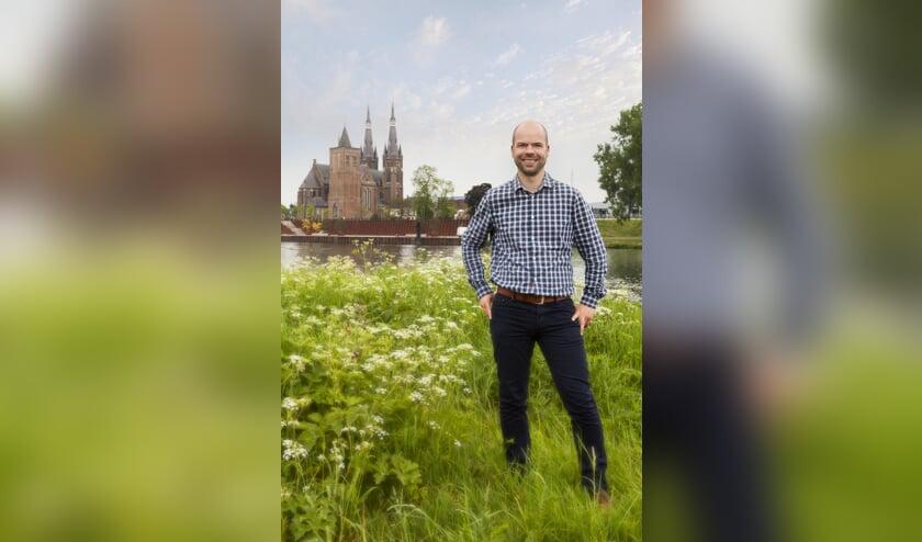 Martijn Schwillens aan de Maas, met 'zijn' Cuijk op de achtergrond. (foto: Diana Derks)