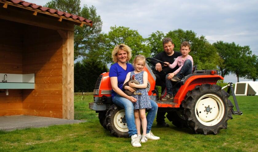 Claudia, Marcel, Niek en Meike van Geenen beginnen in het buitengebied van Sambeek de minicamping 't Brenneke. (foto: Jeff Meijs)