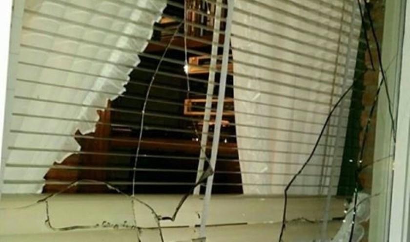 Ruit ingegooid bij woning ouder echtpaar aan de Goudenregen in Boxmeer. (foto: Politie Boxmeer)