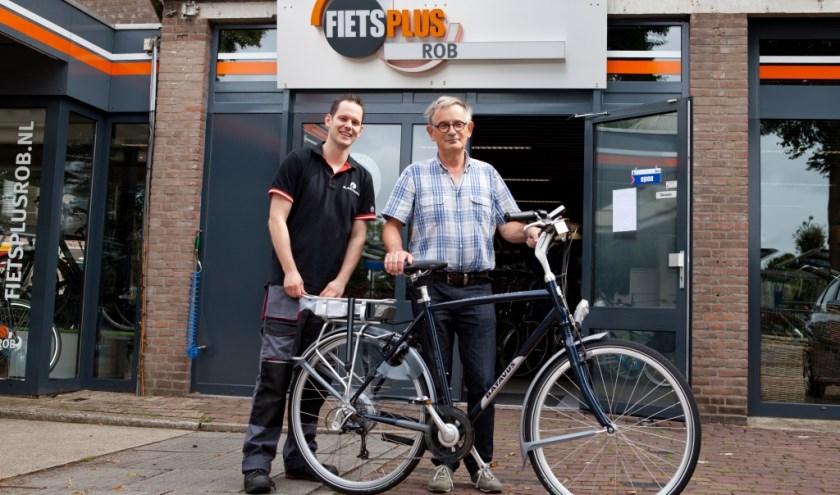 Rob van Hulten van FietsPlus overhandigde vorig jaar Boxmerenaar Hans de Wit de fiets als winnaar van het Tourspel.