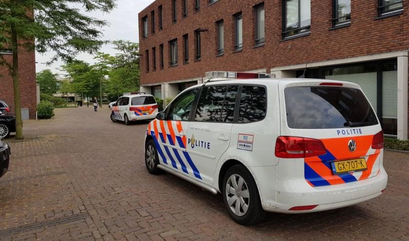 Politie in de Trompstraat.  (Foto: Maickel Keijzers / Hendriks Multimedia)