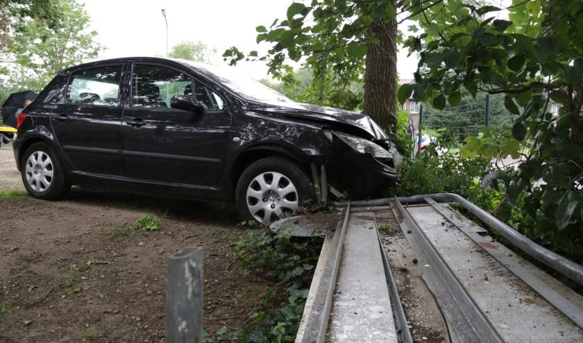 Auto tegen een boom in de Landweerstraat-Noord. (Foto: Maickel keijzers/ Hendriks multimedia)