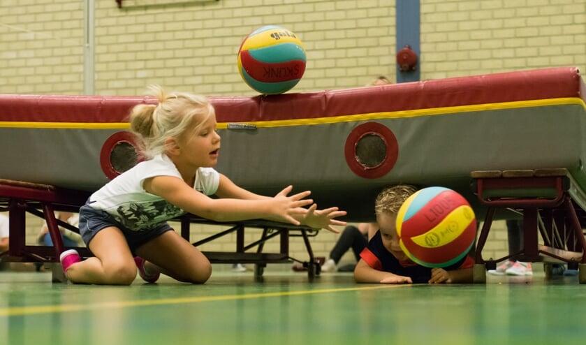 4-, 5- en 6-jarigen kunnen weer kennismaken met volleybal tijdens de Volleybalspeeltuin. (foto: Theo de Vrede)