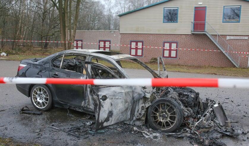 Een auto branden volledig uit dit gebeurden in Schaijk ( Foto's : Maickel Keijzers / Hendriks Multimedia )
