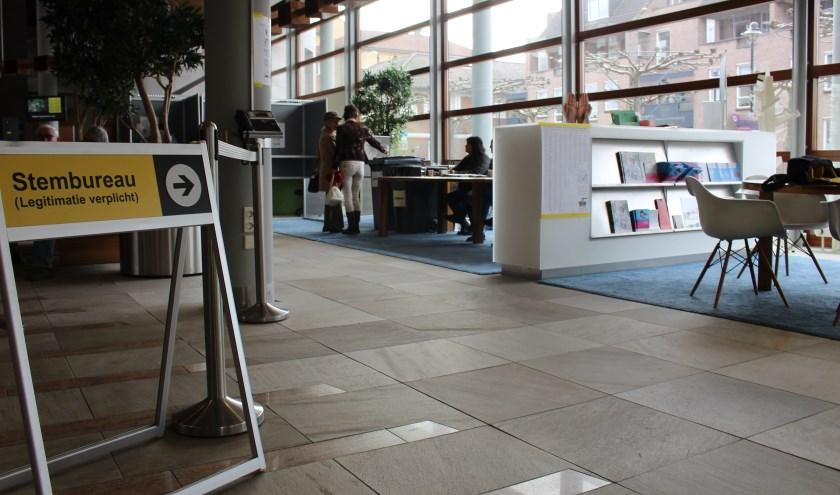 Stemmen in het gemeentehuis (foto: Temmie van Uden)