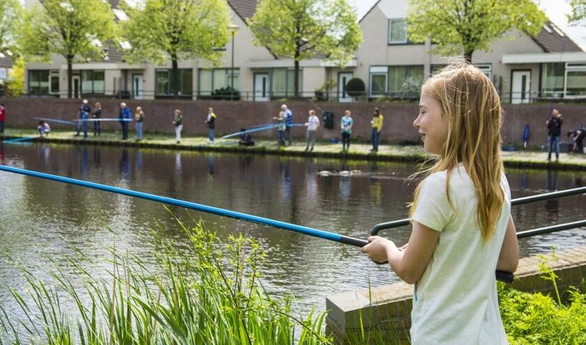 Beginnende sportvissers kunnen gratis een jeugdvergunning aanvragen.