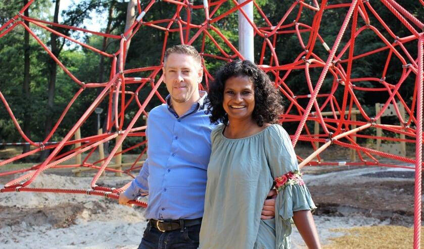 Harald en Renuka van Gaal bij de speeltuin aan Museumpark 1 in Overloon. (foto: Aileen van Tilburg)