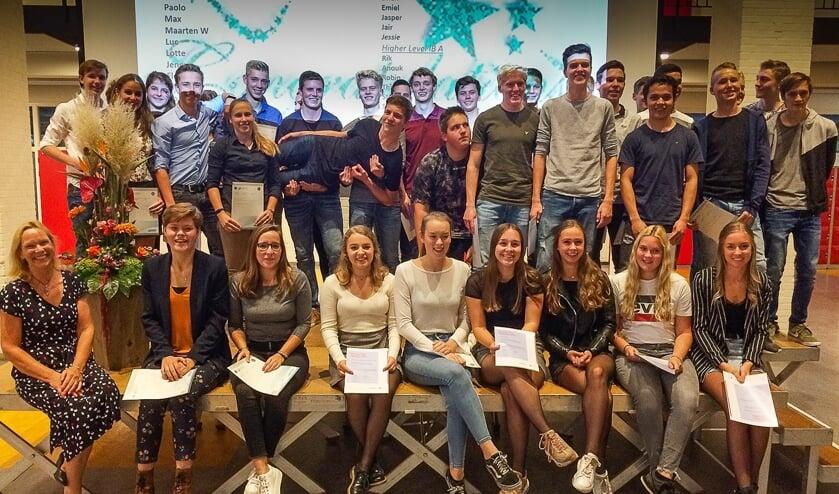 Sylvia (links voor) met de studenten die hun IB certificaat behaalden.