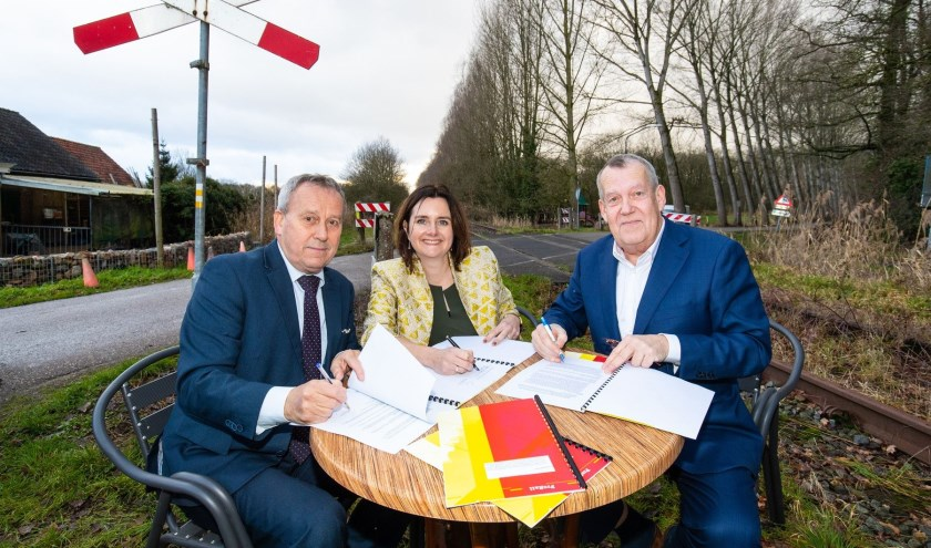 De ondertekening op locatie. Van links naar rechts: Herman van Wanrooij (wethouder Boxtel), Wendy de Wild (directeur ProRail), Harry van Rooijen (wethouder Meierijstad).