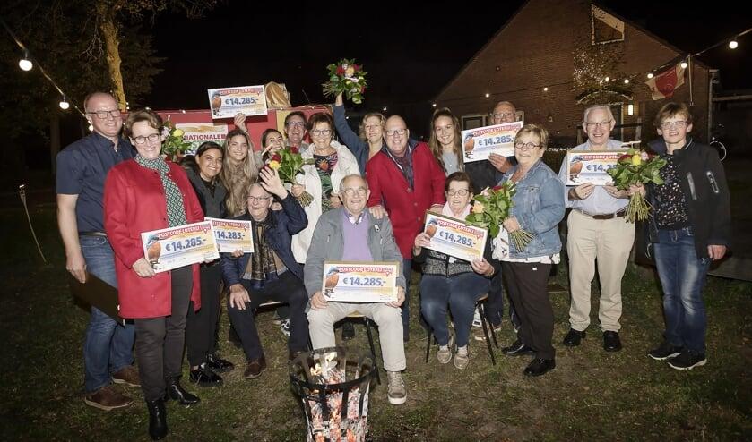Inwoners Geffen worden verrast door Postcode Loterij-ambassadeur Gaston Starreveld.