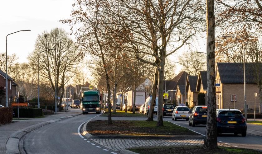 De N264 voert dwars door de dorpskern van Sint Hubert.