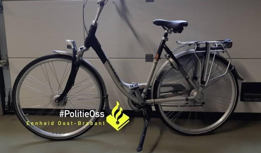 Politie zoekt eigenaar van gestolen fiets. (Foto: Facebook politie Oss)
