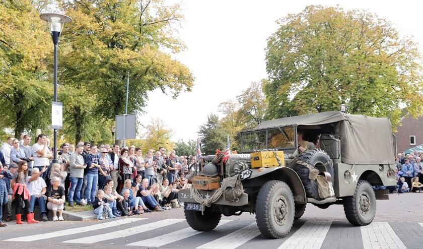 Overloon stond afgelopen zondag uitgebreid stil bij '75 jaar vrijheid'. Een dag vol herdenken, beleven en zeker ook van feesten, inclusief een feestelijke stoet van oude voertuigen.