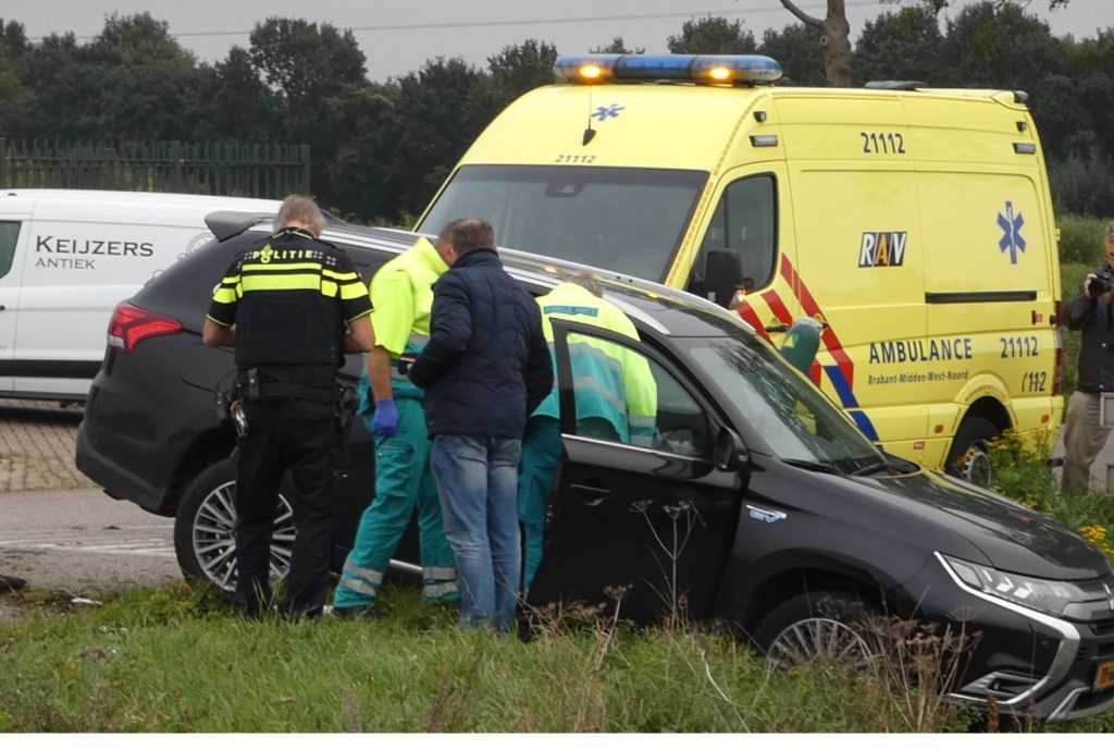 Auto's botsen op beruchte kruising Gewandeweg / Huizenbeemdweg. (Foto: Thomas)  © Kliknieuws Oss