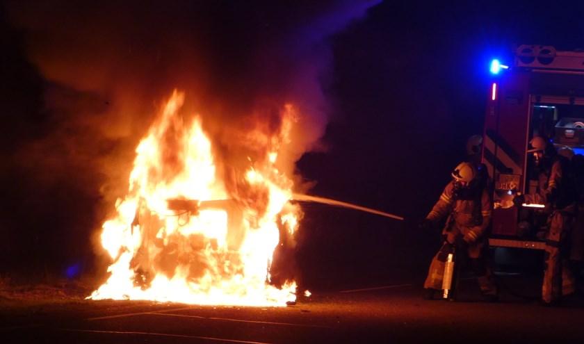 Auto vliegt al rijdend in brand. Foto Thomas
