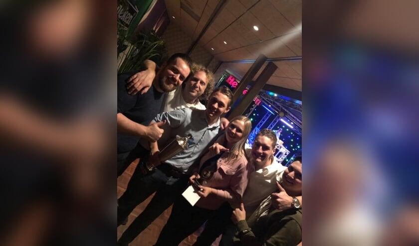 Blije winnaar Tim Prinssen temidden van zijn Pepper collega's, samen met de nummer 3 Rosan van de Brand.
