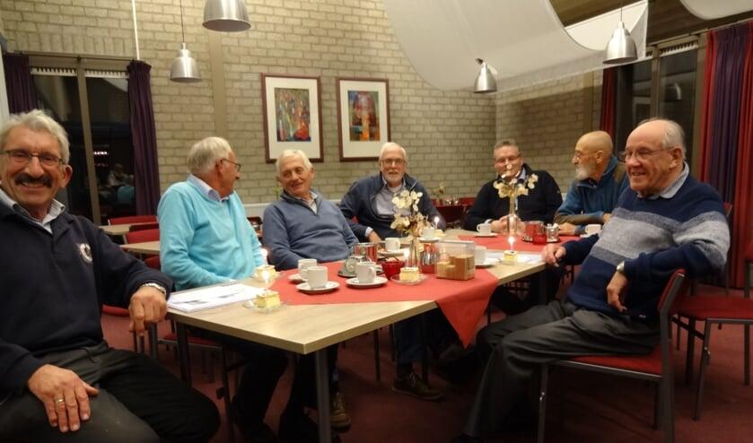 De Projectgroep 50 jaar Samen op Weg aan het gebak met kaarsje. (foto: Ankh van Burk)