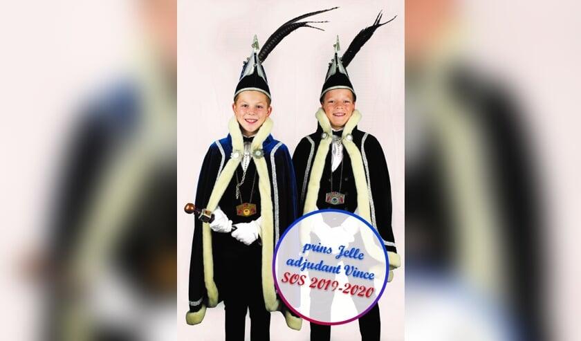 Jeugdprins Jelle en Adjudant Vince worden geholpen door de jeugdraad van Samen Op Stap (S.O.S.) en de dansmariekes Volkel.