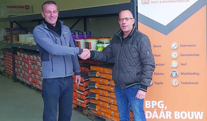 Hans Wijers (vestigingsleider Mastermate Boxmeer) en Giovanni Swanenberg (Geurts van Bergen)  bij het afhaalpunt van Geurts van Bergen bij Mastermate aan de Romeinenstraat 22.01 in Beugen.
