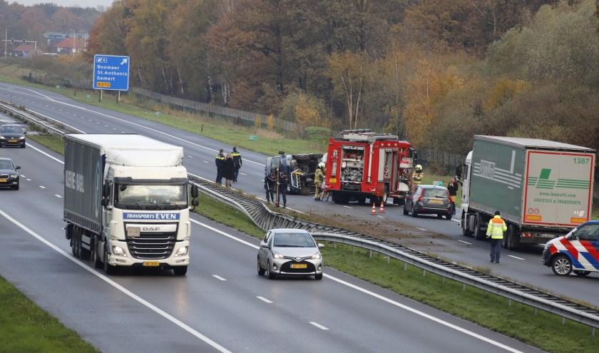Busje belandt op zijn kant op A73 bij Boxmeer: verkeer muurvast.