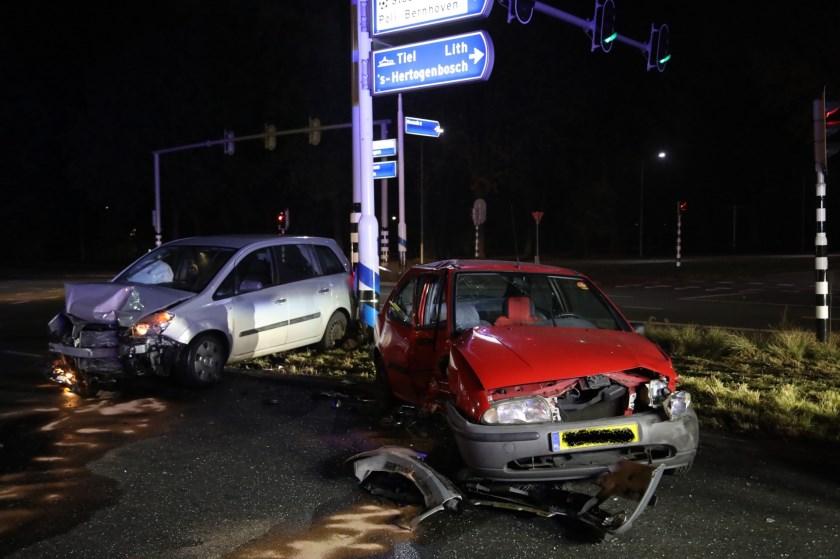 Drie auto's botsen op Osse kruising. (Foto: Gabor Heers / Foto Mallo)