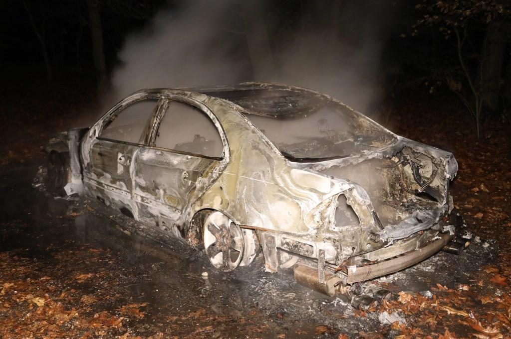 Auto volledig uitgebrand in Oss. (Foto: Gabor Heeres / Foto Mallo)  © 112 Brabantnieuws