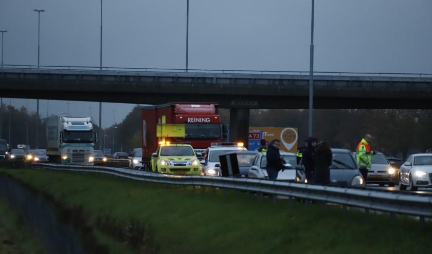 Lange file op de A73 bij Cuijk na ongeval met vier auto's.