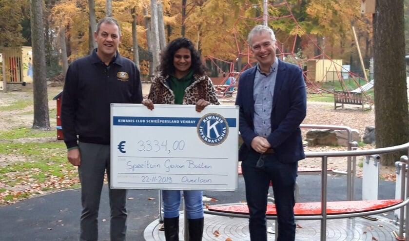 Renuka de Kunder met de bijdrage van Kiwanusclub Schieëpersland Venray voor de realisatie van een kabelbaan in de Samenspeeltuin.