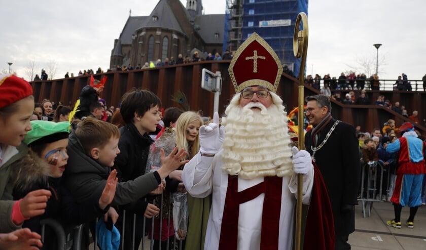 Sinterklaas en zijn Zwarte Pieten arriveerden zondagmiddag op de Maaskade in Cuijk.