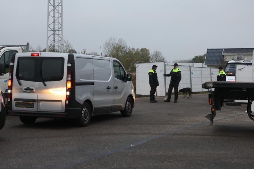 Grote politiemacht op woonwagenkamp Lith. (Foto: Gabor Heeres / Foto Mallo)