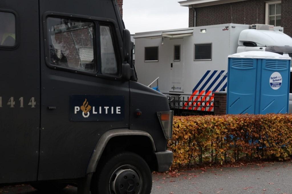 Zoektocht naar vuurwapens, drugs en geld in Berghemse woning. (Foto: Gabor Heeres / Foto Mallo)  © 112 Brabantnieuws