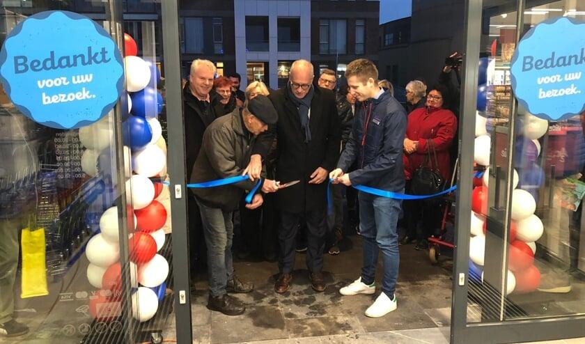 Wethouder Maarten Jilisen verrichte woensdag de opening van de Aldi Cuijk.