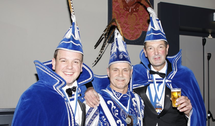 Arie Nabbe (midden) is het komende carnavalsseizoen de prins van BCV De Geitenbok in Boxmeer.