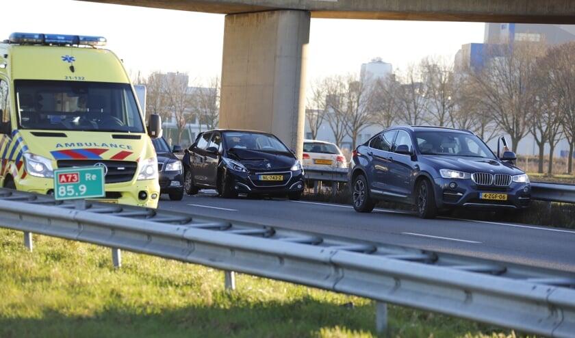 Lange file op A73 na ongeluk bij Cuijk: twee personen gewond naar het ziekenhuis.