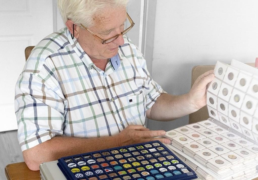Hans exposeert tijdens de laatste verzamelaarsbeurs zijn collectie winkelwagenmunten.   © Kliknieuws Veghel