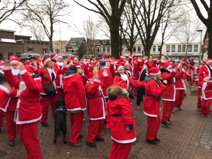 Deelnemers aan de Santa Run in Oss. (Foto: René Peters)