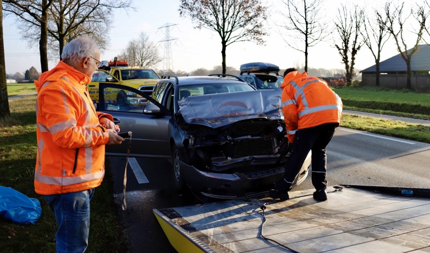 Auto botst achterop bakwagen op N264 bij Sint Hubert.