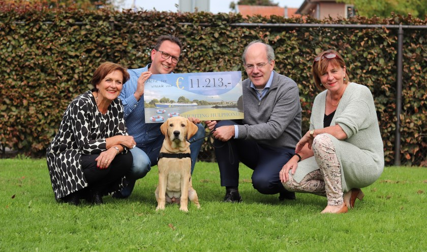 Onlangs overhandigden vertegenwoordigers van Rotaryclub de cheque aan deStichting Hulphond in Herpen.