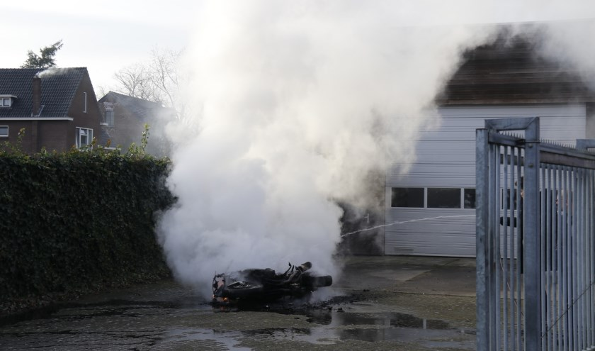 Brand verwoest motor in Ottersum.