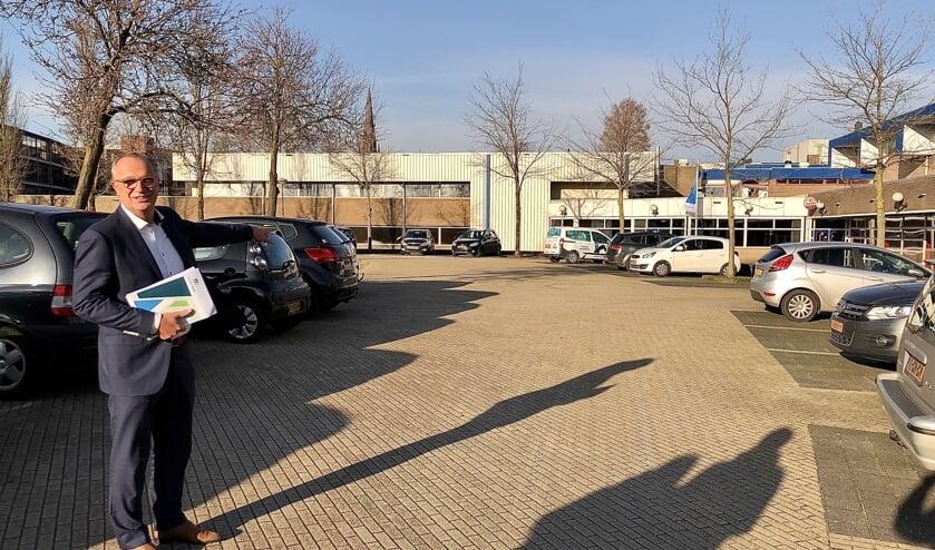 Op deze strook, nu nog voornamelijk parkeerplaats, moet het nieuwe zwembad komen. Op de achtergrond is De Beemd nog zichtbaar.