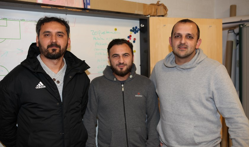 Ertan Metin, Mehmet Gurbuz en Faruk Onder voetballen gezamenlijk met nog veertien anderen als het derde team van Blauw Geel'38.