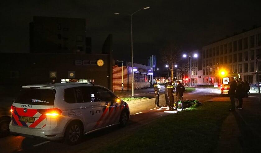 Automobilist rijdt door na ongeval op Oostwal, scooterrijder gewond. (Foto Gabor Heeres, Foto Mallo)