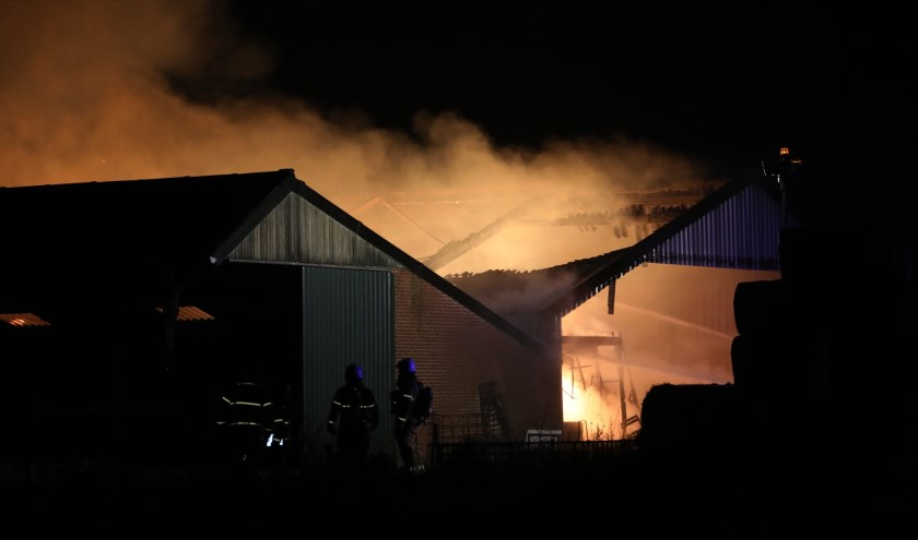 Grote brand in Deursen-Dennenburg. Foto Gabor Heeres - Foto Mallo.
