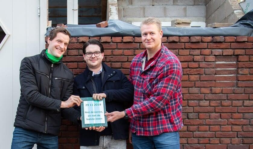 V.l.n.r.: Teun Wientjes, Sam Cornelissen en Jan van Riet hadden de eer om de eerste steen van de nieuwe Parkboerderij te mogen leggen.