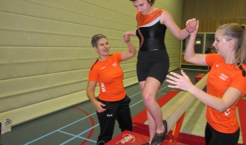 Vicky Vos-Vermeulen (links) met collega Dana Jansen in actie voor Special Gym