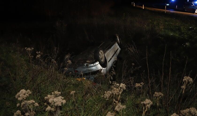 Automobilist rijdt van talud en belandt op zijn kop naast afrit A73 bij Haps