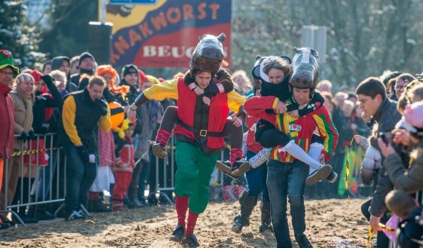 <p>De meest kolderieke paardenrennen van Nederland vinden niet plaats tijdens carnaval.</p>