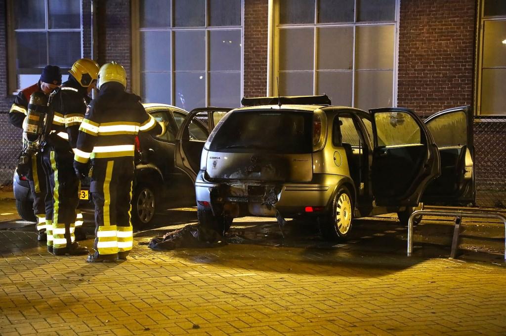 Twee auto's uitgebrand aan Berghemseweg. (Foto: Gabor Heeres / Foto Mallo)  © Kliknieuws Oss