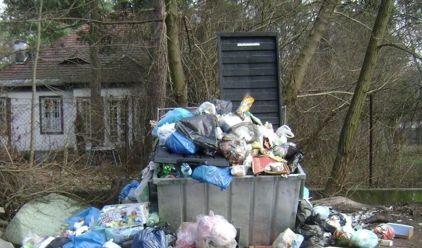 <p>Er bestaat het vermoeden dat mensen van buiten de Flatwijk afval brengen. (Archieffoto)</p>