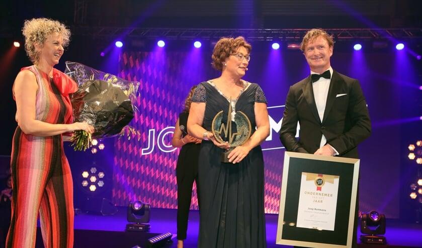 Joep Kemkens met naast hem burgemeester Wobine Buijs-Glaudemans.